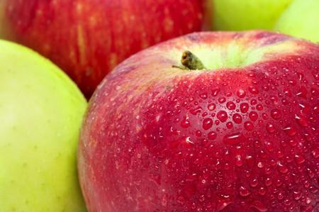 pommes: gros plan de quelques pommes rouges et pommes golden
