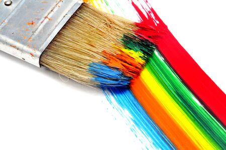 pinceladas: pincel y pinceladas de diferentes colores sobre un fondo blanco  Foto de archivo