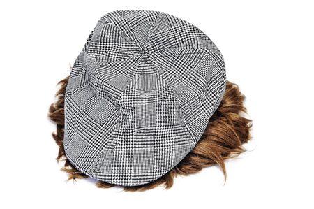 insolaci�n: una gorra gris y una peluca aislado en un fondo blanco Foto de archivo
