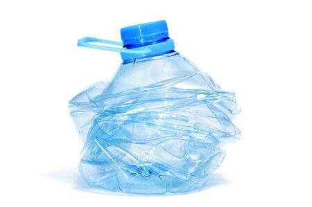 educazione ambientale: fracassato la bottiglia di plastica isolato su uno sfondo bianco su sfondo bianco