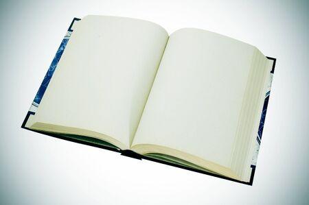 story: cerca de un libro en blanco sobre un fondo vignetted Foto de archivo