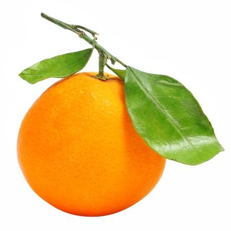 naranjas: una naranja aislada en un fondo blanco