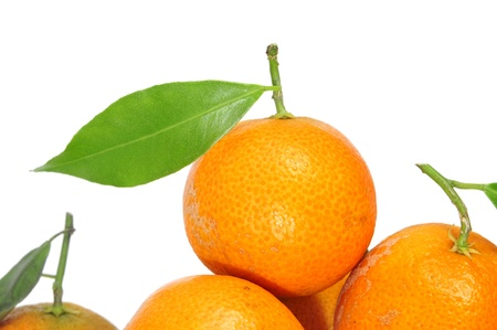 una naranja aislada en un fondo blanco