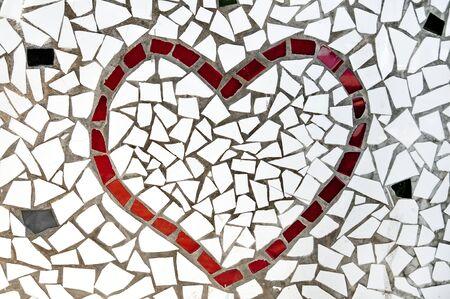 trencadis: un coraz�n rojo contruido bits de mosaico Foto de archivo