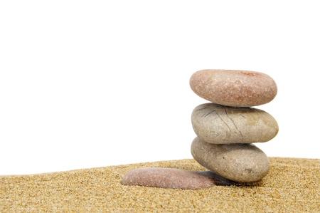 thalasso: Zen pierres dans le sable sur un fond blanc
