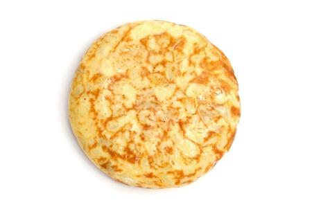 tapas espa�olas: una t�pica tortilla espa�ola de patatas sobre un fondo blanco