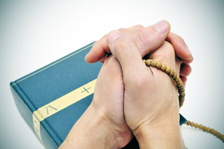 alguien orando en una Biblia con un Rosario Foto de archivo - 8636887