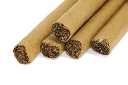 alzato di un qualche sigari isolato su uno sfondo bianco