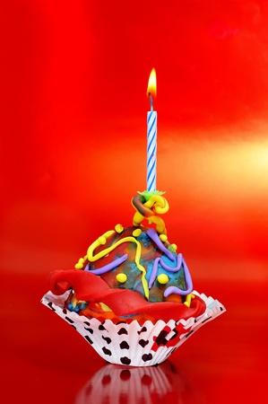 un anniversaire cupcake sur fond rouge