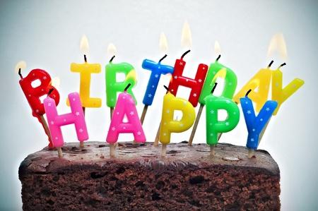 oracion: pastel de cumplea�os con velas formando el cumplea�os feliz de oraci�n