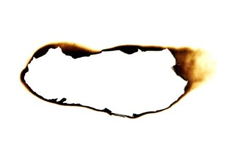 quemadura: agujero quemado en un fondo de papel blanco Foto de archivo