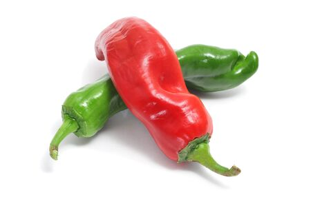 papryczki: czerwona i zielona papryka na białym tle
