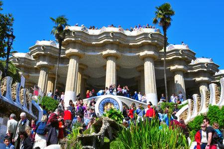 trencadis: Barcelona, Espa�a - el 19 de marzo de 2011: El famoso Parque Guell en Barcelona, Espa�a. El impresionante y famoso parque fue dise�ado por Antoni Gaud� Editorial