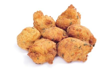 bign�: pochi frittelle di merluzzo bianco su sfondo bianco