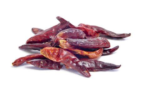 chiles secos: secado hot chili peppers sobre un fondo blanco