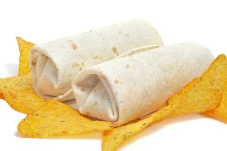 tortilla de maiz: un par de burritos mexicanos y algunos nachos sobre un fondo blanco Foto de archivo