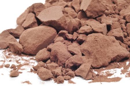 cacao: cacao en polvo sobre un fondo blanco