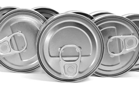 industria alimentaria: un mont�n de latas sobre un fondo blanco