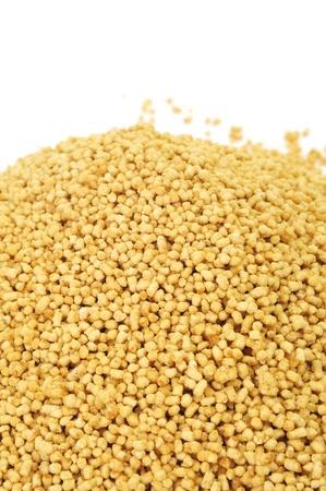 soja: una pila de gr?nulos de lecitina de soja sobre un fondo blanco