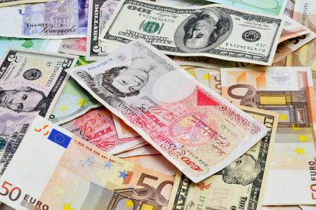 billets euros: Gros plan d'un tas d'euro, dollar et livre sterling notes Banque d'images