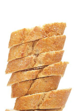 un montón de rebanadas de pan sobre un fondo blanco