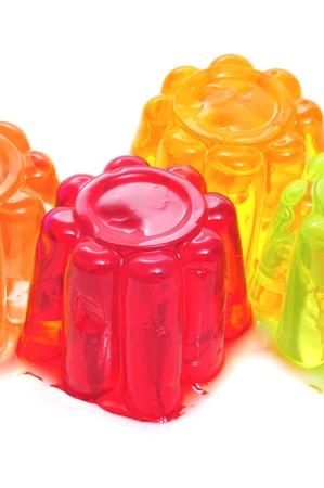 gelatina: detalle de gelatina de diferentes colores sobre un fondo blanco