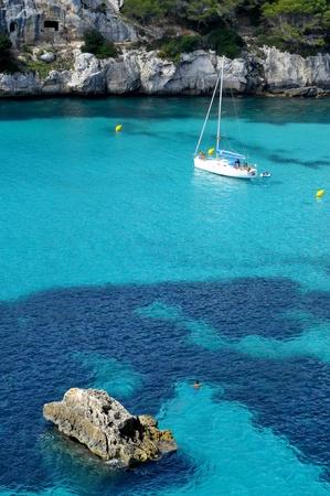 paisaje mediterraneo: barco en una playa de Menorca, Islas Baleares, Espa�a