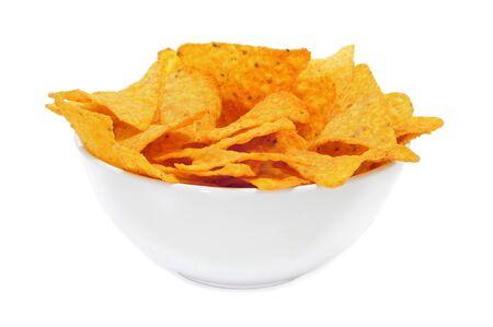 tortilla de maiz: un taz�n de nachos sobre un fondo blanco