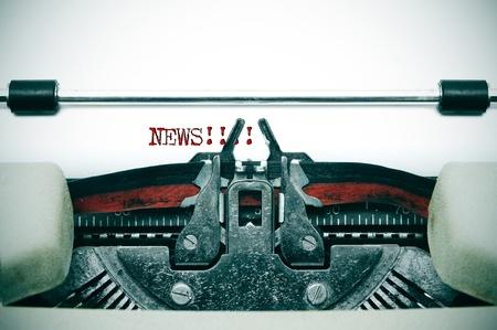 oude krant: woord Nieuws geschreven in een oude schrijfmachine Stockfoto