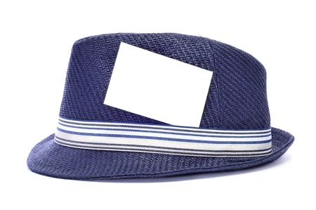 insolaci�n: un sombrero azul retro con una etiqueta en blanco en la cinta de opciones Foto de archivo