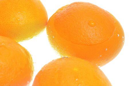 tremp�e: des oranges tremp�es dans l'eau pour les laver