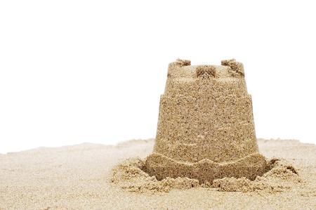 chateau de sable: un ch�teau de sable sur le sable sur un fond blanc Banque d'images