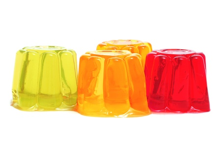 젤리: 흰색 배경에 다른 맛과 색의 젤라틴의 근접 촬영 스톡 사진