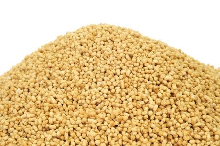 soja: una pila de gránulos de lecitina de soja sobre un fondo blanco