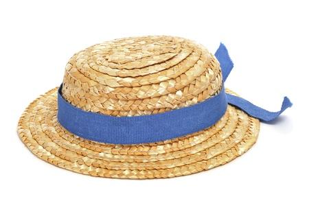 een strooien hoed met een blauw lint op een witte achtergrond