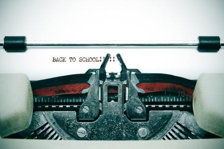 tipos de letras: volver a la escuela escrito con y la vieja m�quina de escribir Foto de archivo