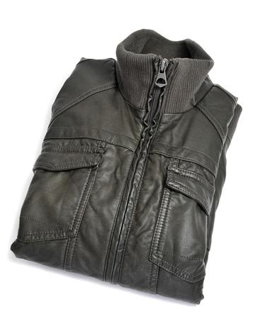 chaqueta de cuero: una chaqueta de cuero doblado sobre un fondo blanco