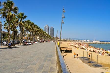barcelone: Barcelone, Espagne - 16 Août 2011: la plage de Barceloneta avec l'Hôtel des Arts et la Tour Mapfre en arrière-plan à Barcelone, Espagne. Arts est un hôtel de 44 étages et son jumeau, un immeuble de bureaux