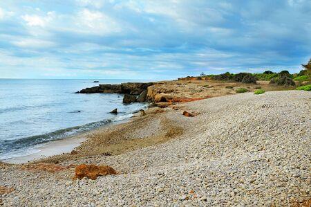 beach shingle: Una spiaggia di ciottoli in Alcocebre, Valencia, Spagna Archivio Fotografico