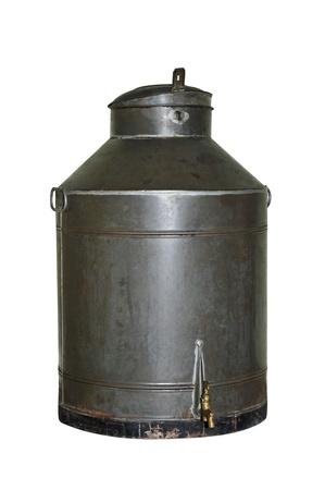 cisterna: un viejo tanque l�quido sobre un fondo blanco