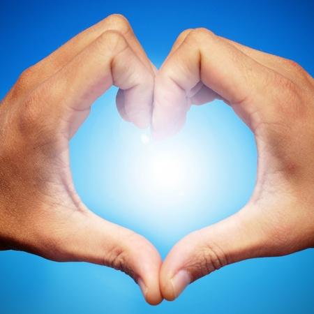part of me: manos de hombre, formando un coraz�n en el cielo