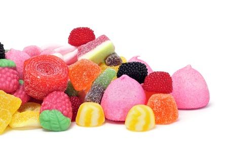 un montón de caramelos sobre un fondo blanco Foto de archivo