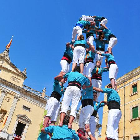 trabajo de equipo: Tarragona, Espa�a - 23 de septiembre de 2011: Castells de Tarragona, Espa�a. Cada 23 de septiembre, Santa Tecla, d�a de fiesta, las t�picas torres catal�n humanos se llevan a cabo en la Plaza de la Font Editorial