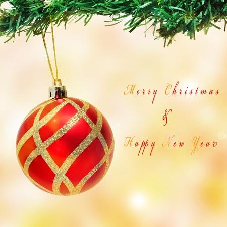 oracion: una bola de navidad colgando de un �rbol de Navidad y la sentencia Feliz Navidad y Feliz A�o Nuevo Foto de archivo