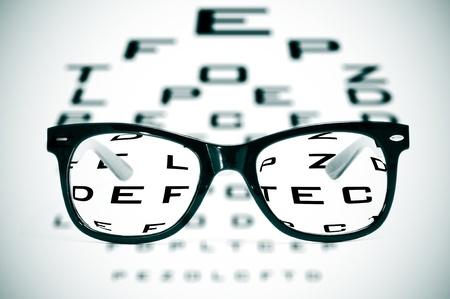 sight chart: gafas sobre un gr�fico de los ojos borrosos