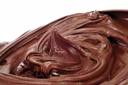 cremoso: una pila de chocolate extendi� sobre un fondo blanco Foto de archivo