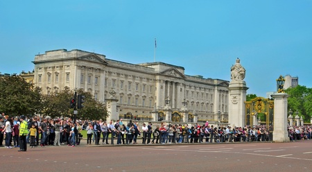 London, United Kingdom - May 6, 2011: A crowd waiting for the Changing of the Guard in Buckingham Palace in London, UK. This is one of most important attraction for visitors in London. Stock Photo - 11401039