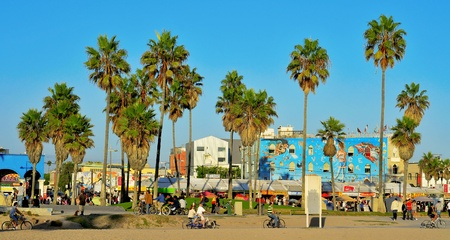 chilometro: Venezia, Stati Uniti - 16 ottobre 2011: Fronte Ocean Walk di Venice Beach a Venezia, negli Stati Uniti. Questa passerella � lunga 2,5 km Editoriali