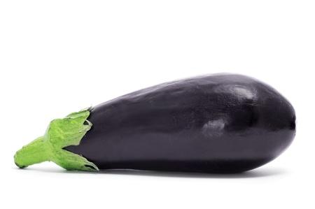 une aubergine sur un fond blanc