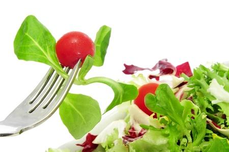 close-up van een plaat van salade met cherrytomaatjes